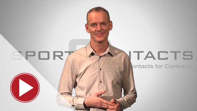 Moderator präsentiert Erklärvideo