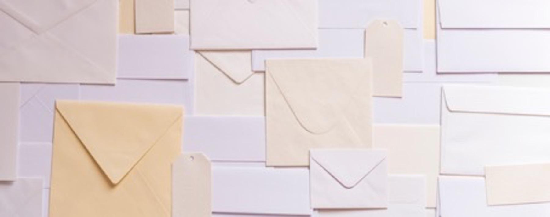 Briefumschläge repräsentieren Newsletter