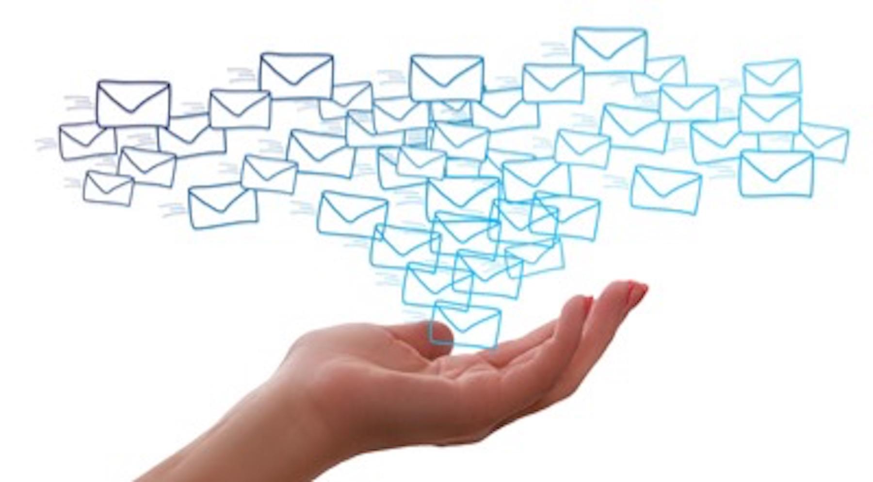 Person hält Newsletter in der Hand